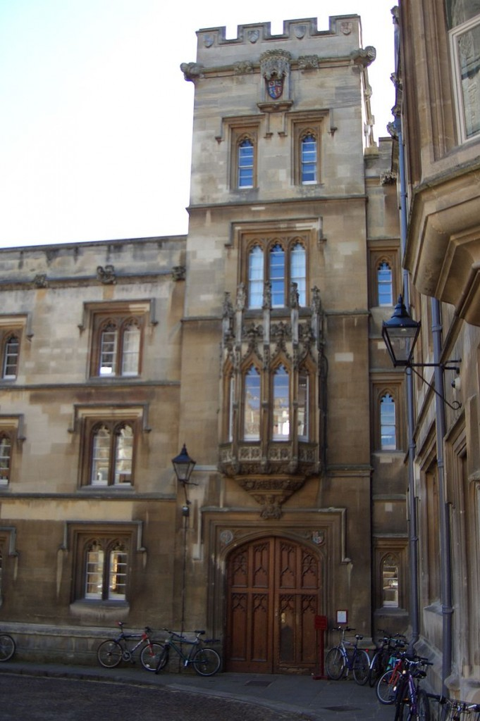 Entrance to Pembroke College. Photo by Jakob Leimgruber (JREL) via Wikipedia Commons
