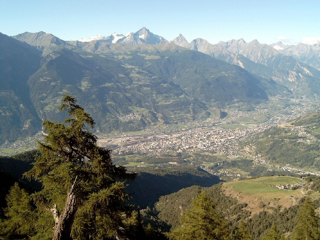 View of Aosta. Photograph by Tinelot Wittermans (2004) via Creative Commons.