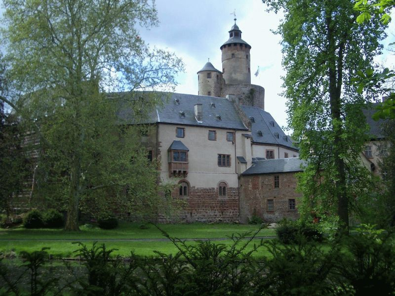 Schloss Büdingen seen from the Schlosspark. Photograph by Hadig 2004. Via Wikimedia Commons.