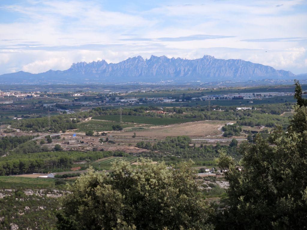 La plana del Penedès i Montserrat des del jaciment d'Olèrdola. Photograph (2015) by Enric, via Creative Commons.