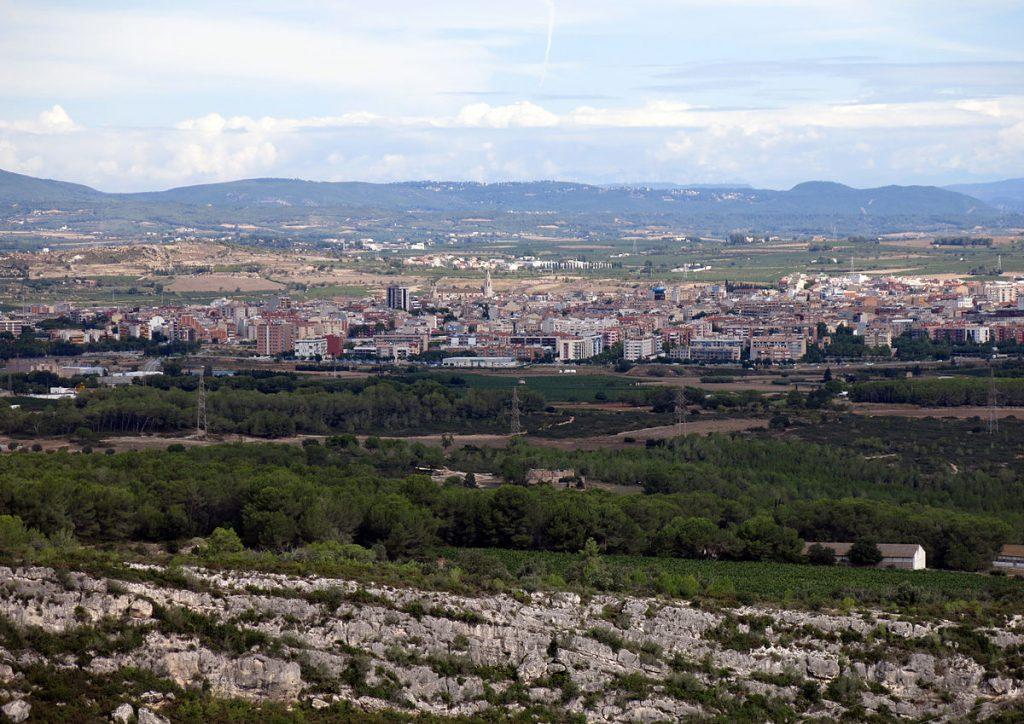 Vilafranca del Penedès des del jaciment d'Olèrdola. Photograph (2015) by Enric, via Creative Commons.