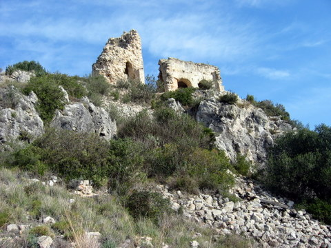 Castell de Castellvi, Catalunya. View from below. Photograph by Antoni Grifol (2007), via Creative Commons.